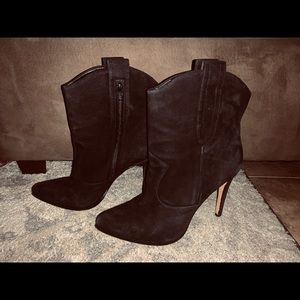 Woman pointed booties black suede